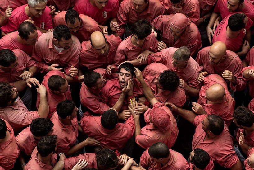 castells-human-towers-catalonia-spain-designboom-10