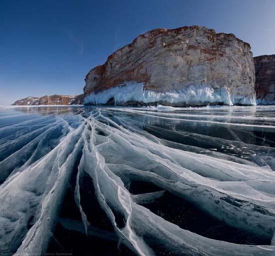 Παγωμένη λίμνη Baikal στη Σιβηρία (1)