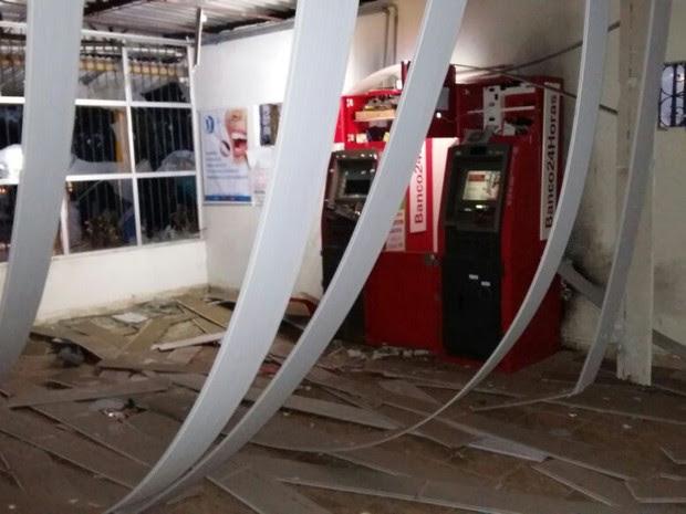 Caixas foram explodidos, mas ladrões não levaram o dinheiro (Foto: Ascom PMPE)