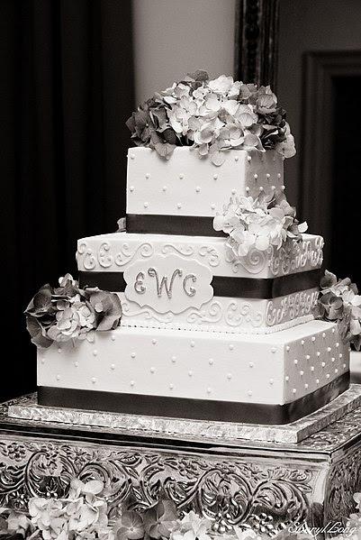 File:Wedding Cake with Hydrangeas.jpg
