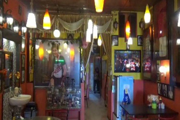 17 Tahun Rumah makan (RM) Nike Ardilla di jalan jenderal Sudirman Polewali Mandar Sulawesi Barat setia merawat cita rasa pelanggannya. Suasana desaian interior warung mirip museum Nike Ardilla    dan cita rasa masakan dan minuman khas yang ditawarkan membuat warung ini tak ketinggalan pelanggan di tengah persaingan bisnis kuliner.