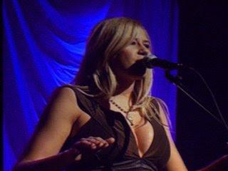 Sara Beck singing her song 'To Love Somebody'