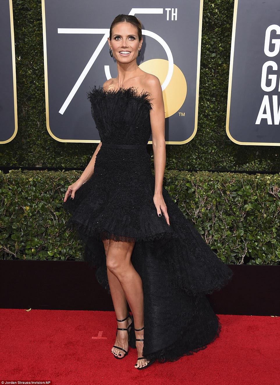Pernas por dias!  Heidi Klum exibiu sua forma esculpida em um vestido strapless estruturado com um trem único