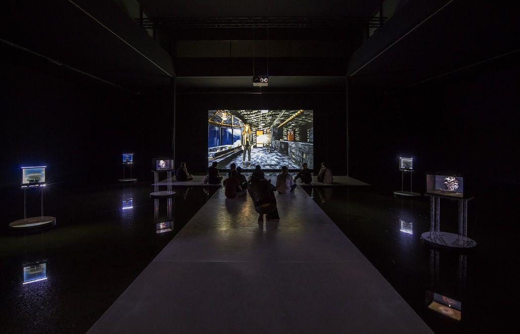 Cécile B. Evans. What the Heart Wants, 2016. Vista de la instalación. Foto: Timo Ohler. IX Bienal de Berlín, Alemania, 2016.