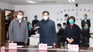 上海公共卫生临床中心实验室发表全球首个武汉病毒基因排序后,翌日即遭当局下令关闭。图为1月29日时任上海市长的应勇(中立者)视察该中心。