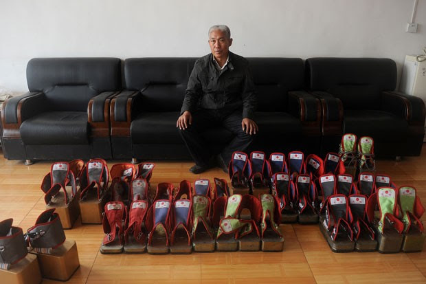 Zhang desenvolveu uma linha de sapatos pesados que vende pela internet (Foto: Wang Zhao/AFP)