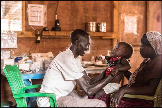 Un trabajador de MSF sursudanés atiende a un niño.