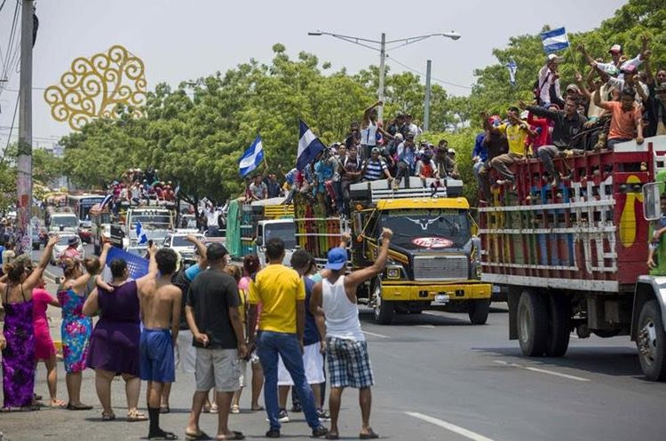 """Campesinos de Nicaragua viajan a Managua al grito de """"¡Que se vaya Daniel!"""". (EFE)."""