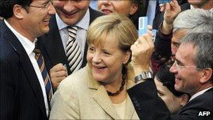 Η Γερμανίδα Καγκελάριος Άνγκελα Μέρκελ (γ) τα χαμόγελα που περιβάλλεται από βουλευτές που κατέχουν ψηφοδελτίων τους στις 29 Σεπτεμβρίου 2011, η κάτω βουλή του γερμανικού κοινοβουλίου