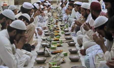 para-jamaah-berdoa-bersama-sebelum-berbuka-puasa-dalam-_120723121415-827.JPG (465×276)