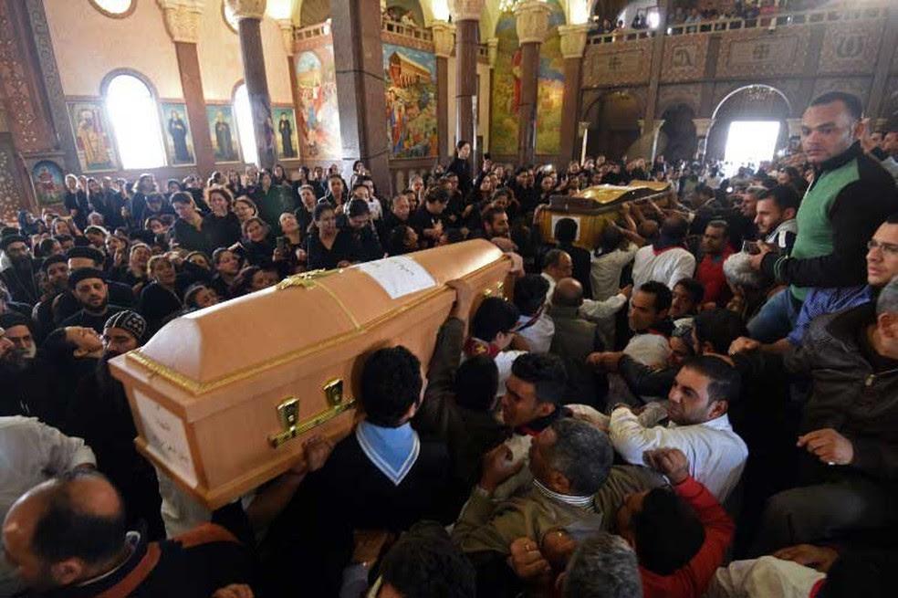 Caixões das vítimas foram levados para mosteiro após explosão em igreja cristã copta São Marcos, em Alexandria, no domingo (9) (Foto: Mohamed El-Shahed / AFP)