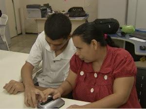 Deficientes visuais experimentam novo sistema que permite leitura a partir de tablet (Foto: TV Verdes Mares / Reprodução)