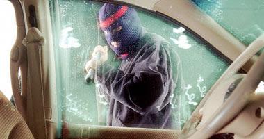المجرم تم ضبطه أثناء محاولة كسر زجاج السيارة - صورة أرشيفية