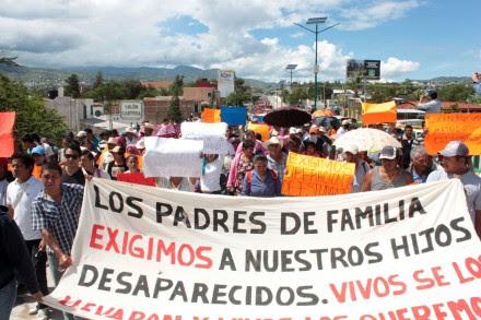 Familiares de los normalistas de Ayotzinapa protestan contra Aguirre. Foto: Óscar Alvarado