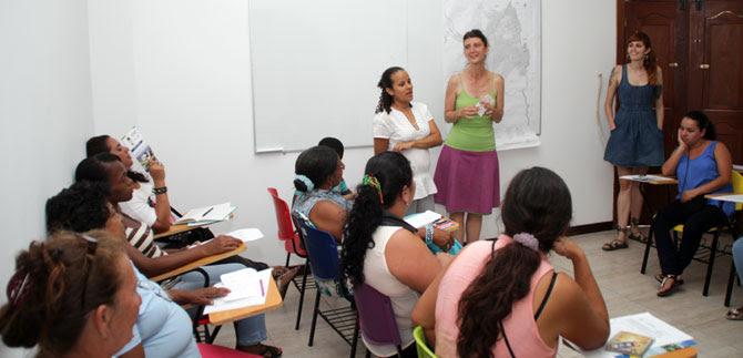 Colectivo español comparte experiencias con mujeres caleñas
