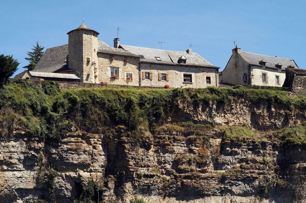 Bozouls: Uma cidade francesa empoleirada acima de um buraco 09