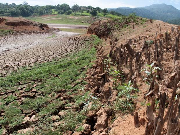 Vista da Represa Jaguari, na cidade de   Vargem, no interior de São Paulo, onde   o índice que mede o volume de água   armazenado no Sistema Cantareira   registrou 11,96% da capacidade total   dos seus reservatórios, nesta quinta-feira (10) (Foto: Denny Cesare/Código19/Estadão Conteúdo)