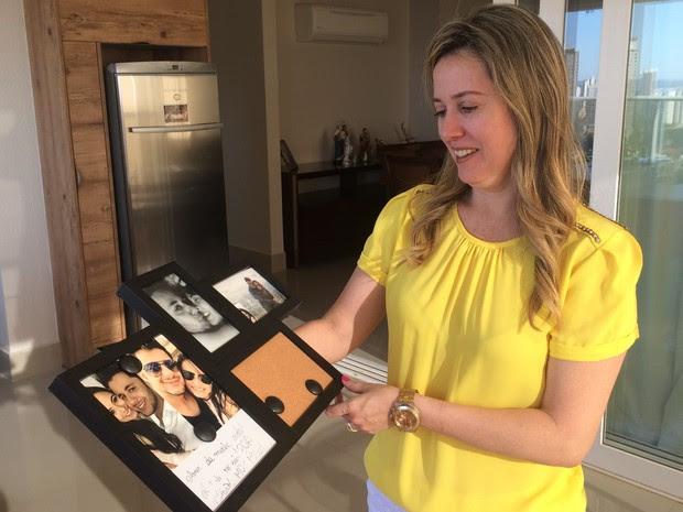 Miriam guarda com carinho porta-retrato que filha tinha dado a Cristiano Araújo, em Goiânia, Goiás (Foto: Paula Resende/ G1)