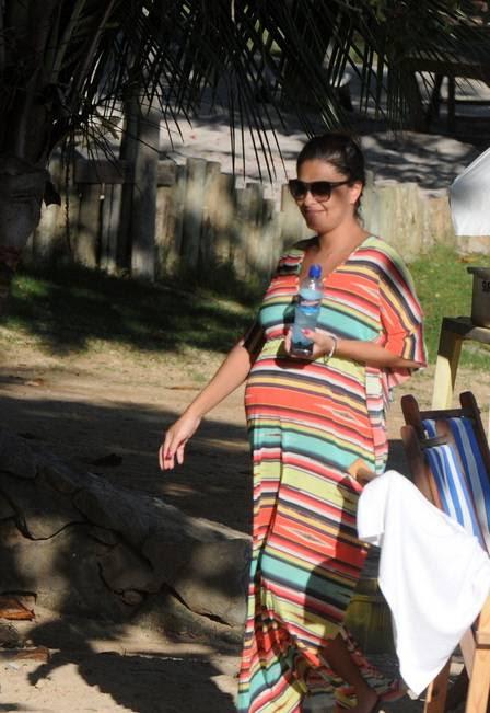 Juliana Paes, grávida de 8 meses e de biquíni,em Búzios com a família