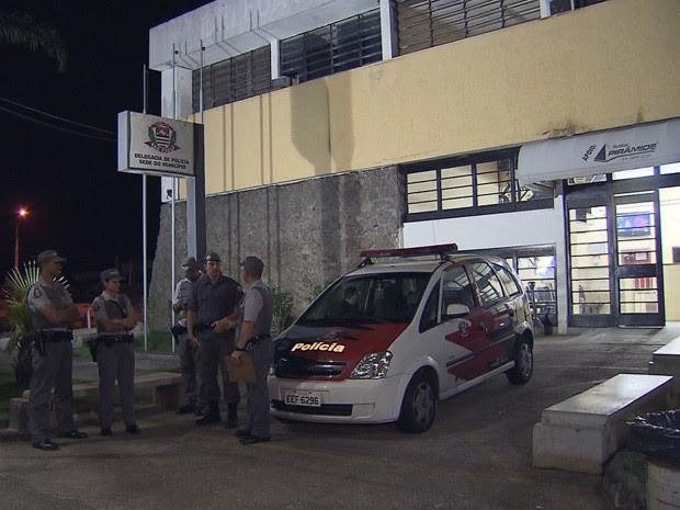 Ex-policiais estão presos na delegacia sede de Praia Grande (Foto: Reprodução/TV Tribuna)