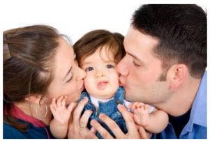Foto: Padres besando a su niña