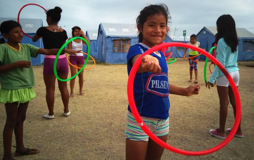 Una niña juega en el albergue oficial de Jaramijó (Manabí, Ecuador).