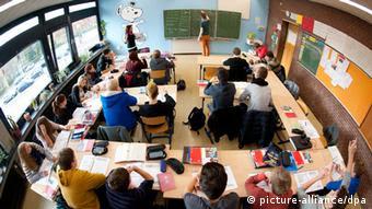 بیشتر نوجوانان در آلمان پس از دریافت دیپلم خود، یا یک سال را آزادانه میگذرانند یا به فعالیتهای اجتماعی میپردازند یا اینکه به خارج از کشور سفر میکنند.