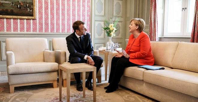 La canciller alemana Angela Merkel y el presidente francés Emmanuel Macron, en su encuentro bilateral en el marco de la  cumbre franco-germana, en el Palacio de Meseberg. REUTERS