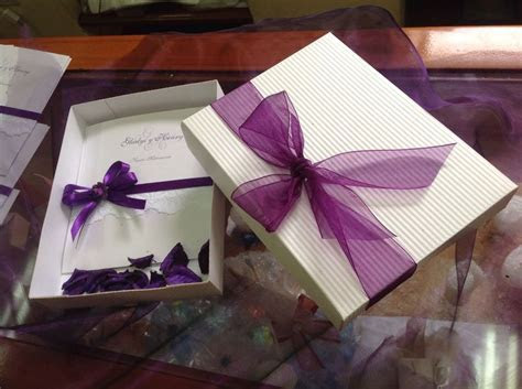 Invitación para boda en caja con detalle de lazos en