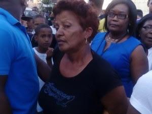 En el video tomado en el barrio 24 de Abril se observa a María Minyetty dándole golpes a la niña de tres años