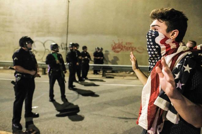 Un manifestante en California durante las protestas del día después de la noche electoral.