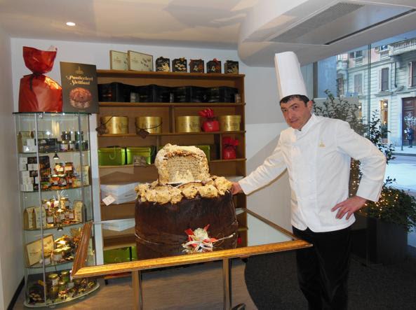 Il maestro pasticcere Nicola Fiasconaro con una sua scultura di cioccolato all'interno di  un suo panettone