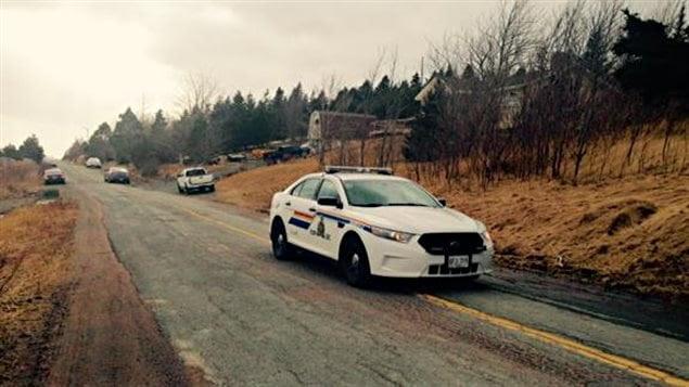 Une voiture de police garée près du lieu de la fusillade à Mitchells Brook, à Terre-Neuve-et-Labrador, dimanche.