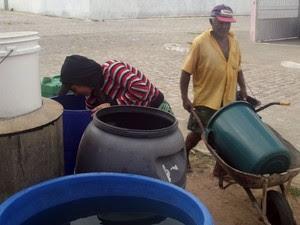 Moradores de Pilões, no Oeste potiguar, recorrem a caixas comunitárias para conseguir água (Foto: Anderson Barbosa/G1)