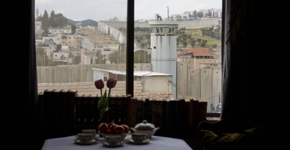 El muro de Palestina visto desde el hotel abierto por el artista Banksy en Belén.
