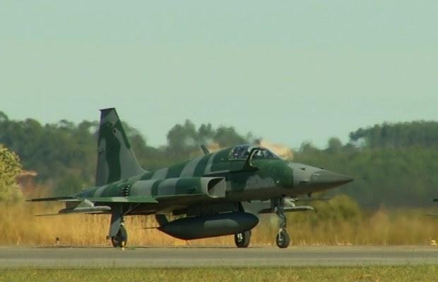 Militares treinam com aviões de combate na Base Aérea Anápolis, Goiás (Foto: Reprodução/TV Anhanguera)