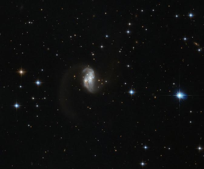 La porción central de esta galaxia espiral es la parte visible sólo, darle una forma asimétrica con una cola