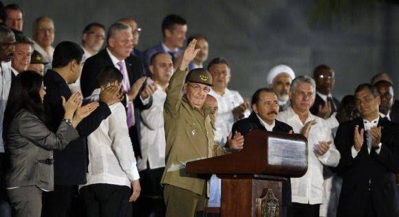 Raúl en la Plaza de la Revolución saluda al pueblo. Foto: Ricardo Mazalan/ AP