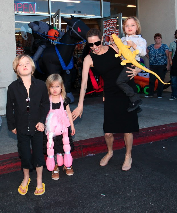 Angelina Jolie leva os filhos para uma loja de artigos de Hallowen (Foto: Agência/ X17)