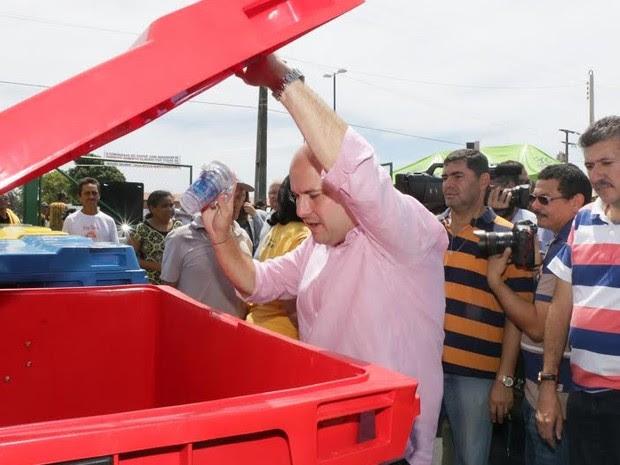 Prefeito Roberto Cláudio participou de lançamento de programa que permite troca de resíduos sólidos por bônus na conta de luz (Foto: Prefeitura de Fortaleza/Divulgação)