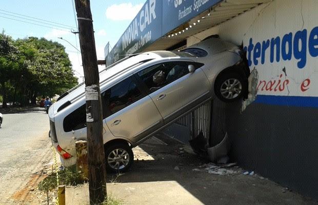 Veículo atingiu parede de oficina mecânica, no Jardim Bela Vista (Foto: Elisângela Nascimento/G1)