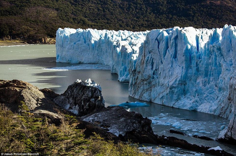 La masse dense de glace en Patagonie élève à plus de 70 mètres de la surface de l'eau