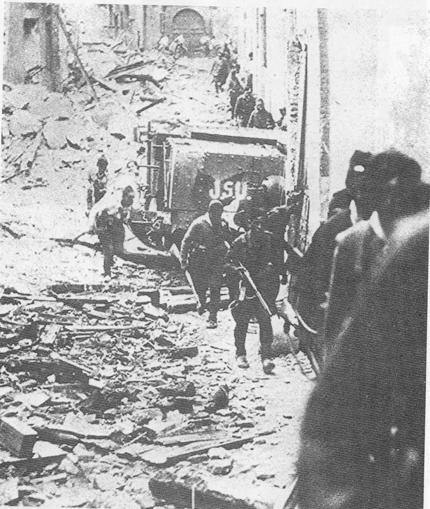 Soldados republicanos al frente del teniente Luis Barceló en la calle de Santa Fe de Toledo ala salto del Alcázar. 18-20 de septiembre de 1936