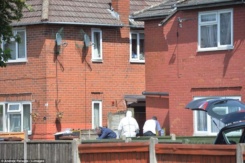 Os oficiais levaram a cabo uma explosão controlada na casa antes dos oficiais do forense se moveram dentro e realizaram uma busca completa