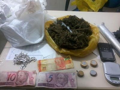 PM apreendeu cocaína, crack e cocaína (Foto: Ubatã Notícias)