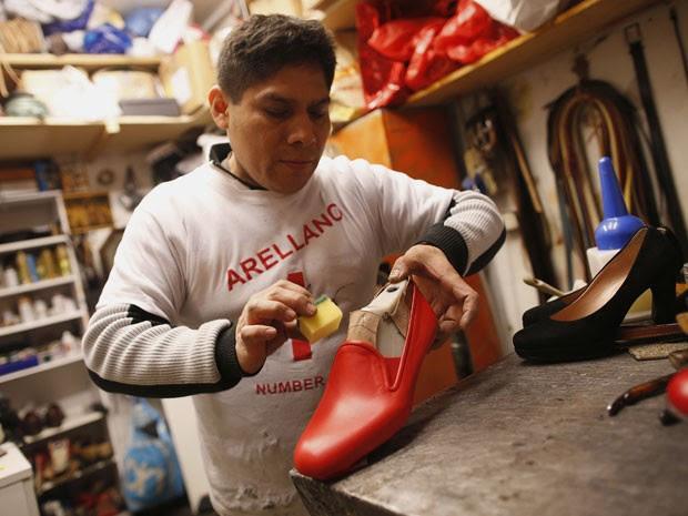 O peruano Antonio Arellano, de 43 anos, fabrica o sapato vermelho de Bento XVI (Foto: Tony Gentile/Reuters)