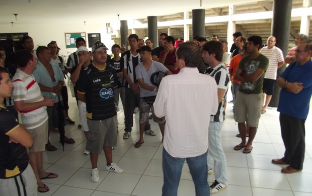 Torcedores do ABC protestam contra a diretoria do clube (Foto: Jocaff Souza)