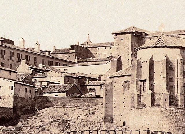 Arco que unía el Hospital de Santa Cruz con la Fonda de la Caridad de Lorenzana. Detalle de una fotografía de Charles Clifford hacia 1858