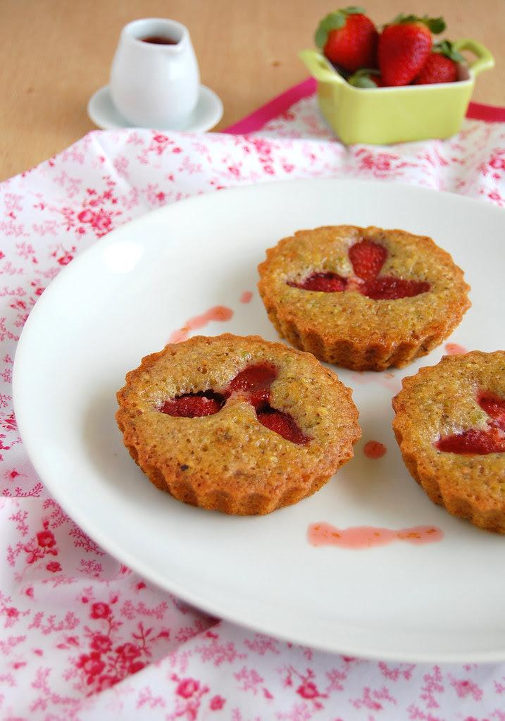 Strawberry, pistachio and orange cakes / Bolinhos de laranja, pistache e morango