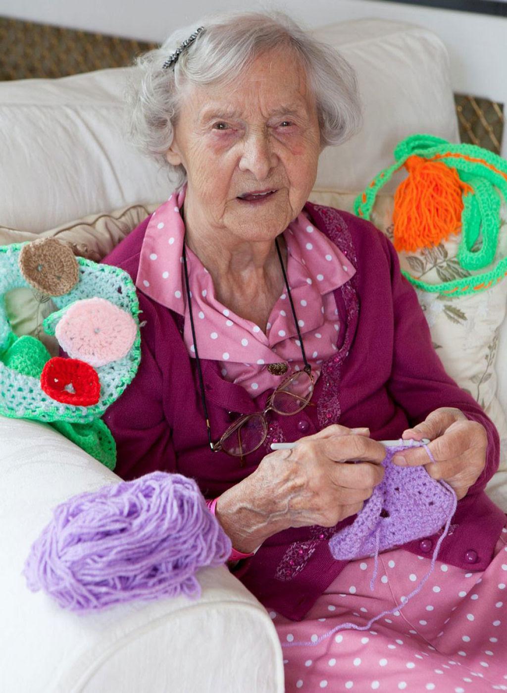 Artista urbana de 104 anos enche sua cidade com suas obras de crochê 06